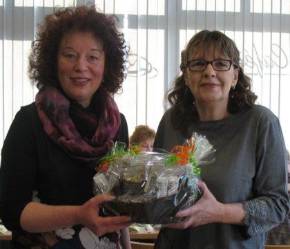 Eva Ferreau (li.) überreichte der Jubilarin einen Präsentkorb. Foto: kk