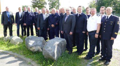 Landrat Winfried Becker (Mitte) und Kreisbrandinspektor Torsten Hertel (re.) im Kreise der Geehrten, der jeweiligen Bürgermeister sowie der Gemeinde- und Stadtbrandinspektoren. Foto: nh