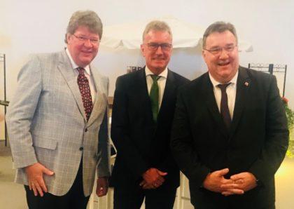 Dr. Jörg Kullmann, Firma Wikus, Vereinsvorsitzender Thomas Pfanzelt und Staatssekretär Mark Weinmeister werben für den Reitsport. Foto: nh