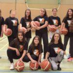 Das Mädchen-Team des TuSpo Borken präsentiert die neuen Projekt-T-Shirts und bedankt sich beim Deutschen Basketballbund für die Förderung. Foto: nh