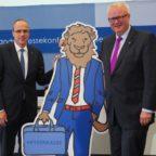 Finanzminister Schäfer (re.) und Innenminister Beuth stellen die Hessenkasse vor. Foto: HMdF | nh