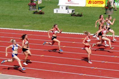20 Meter vor dem Ziel lag Sophia Hog (396) noch knapp in Führung. Dritte von links Nele Grenzebach, die zu dieser Zeit noch auf Platz sechs liegt. Foto: nh