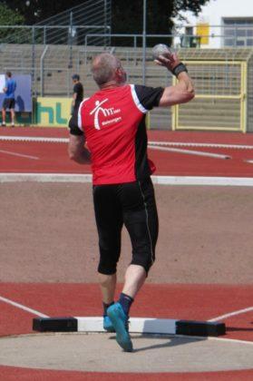 Senior Uwe Krah tat sich auch dieses Mal mit der Kugel schwer und kam nicht über 11,42 m hinaus. Foto: nh