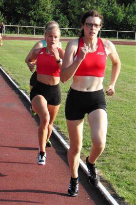 Sie lieferten sich ein packendes 800m-Duell - Luise Zieba und Sophie Wagner. Foto: nh