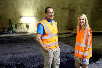 Die Liberalen Lenders und Knell besichtigen den Tunnel Hirschhagen. Foto: nh