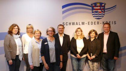 V. li.: Uta Hofmann, Michaela Grebe, Dorothea Pampuch, Gabriele Stützer, Dr. Martin Sander-Gaiser, Sabine Hartrampf-Hermes, Veronika Wildemann, Landrat Winfried Becker. Foto: nh