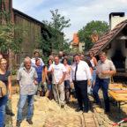 Der hessische Europastaatssekretär Mark Weinmeister hat am Freitag den Verantwortlichen der Initiative Projekthof Mühlhausen einen Förderbescheid über 5.000 Euro überreicht. Foto: nh