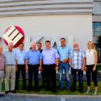 Die CDU-Delegation rund um Mark Weinmeister (4.v.r.) mit dem Geschäftsführer von Wekal Klaus Degenhardt (4.v.l.). Foto: nh