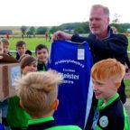 BKK-Vorstand Björn Hansen überreicht den E-Junioren des FV Felsberg das Meistertrikot. Foto: Schopf | nh