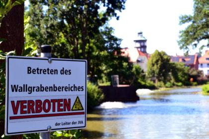 Gefängnisdirektor Jörg Bachmann macht auf die Gefahr der Kampfmittelräumung aufmerksam. Foto: Schmidtkunz