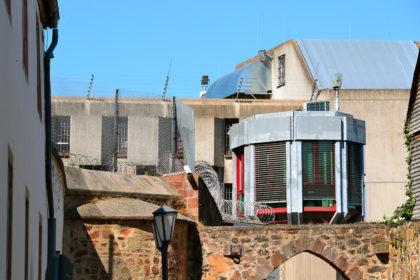 Blick auf das Lüdertor und einen Teil der Wachanlage der Haftanstalt. Foto: Schmidtkunz