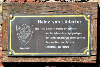 Hinweistafel auf das Heinz von Lüdertor. Foto: Schmidtkunz