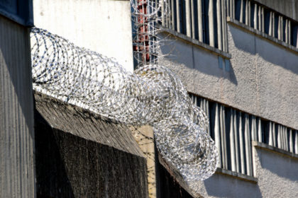 Stacheldrahtverhau auf der Mauer vor dem Lüdertor. Foto: Schmidtkunz