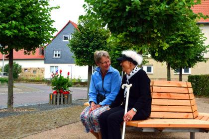 Die Ruhebänke auf dem neuen Waltari-Bergmann-Platz vor dem Rathaus. Foto: Schmidtkunz