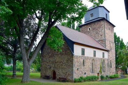Die kleine Wehrkirche von Neumorschen ist eine Station des Jakobsweges. Foto: Schmidtkunz
