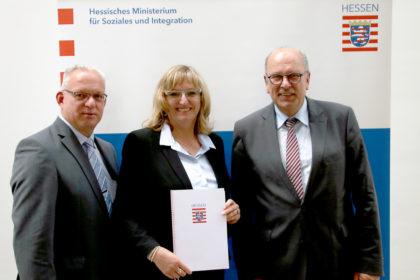 Vizelandrat Jürgen Kaufmann, Jutta Kahler vomm Job Center Schwalm-Eder und Hessens Sozialminister Stefan Grüttner (v.li.). Foto: HMSI | nh