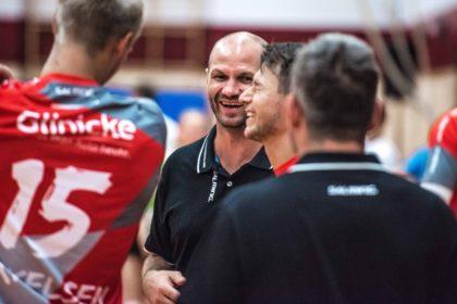 Heiko Grimm mit Lasse Mikkelsen (li.) und Yves Kunkel (re.). Foto: A. Käsler | nh