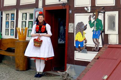 Das Rotkäppchen in seiner Tracht ist die Sympathieträgerin der Schwalm. Unser Bild zeigt es vor dem Märchenhaus Neukirchen. Foto: nh