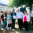 Hessen fördert dörfliches Leben, Staatssekretär Mark Weinmeister (mi. re.) überreicht den Bescheid an Ulrike Fleischert vom Förderverein Kloster Haydau (3.v.li.) und Bürgermeister Ingo Böhm (mi. li.). Foto: nh