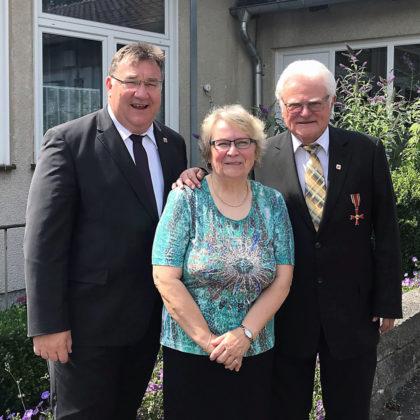 Mark Weinmeister an der Seite von Norbert Heller (re.) und seiner Ehefrau. Foto: nh