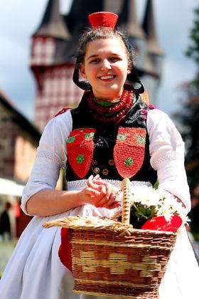 Die original Schwälmer Tracht hat das Rotkäppchen populär gemacht. Foto: nh