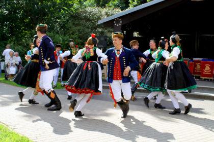 Auf jedem Stadt- und Dorffest ein Hingucker: Die Schwälmer Jugend beim Trachtentanz. Foto: nh