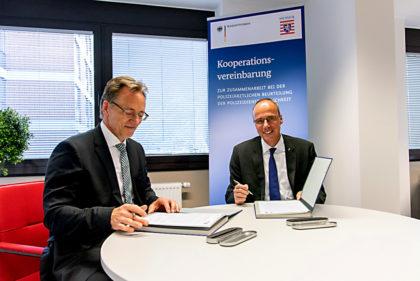 Innenminister Peter Beuth (re) und BKA-Präsident Holger Münch unterzeichnen die Vereinbarung zwischen Polizei und BKA. © Polizei Hessen | nh