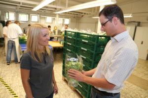 Bio-Salat aus Nordhessen: Michael Tietze erläutert der Landtagsabgeordneten Wiebke Knell (FDP) wie der von regionalen Bio-Landwirten angebaute Salat auf dem Zechenhof von Klienten der Sozialen Rehabilitation Hephatas gewaschen und verpackt wird, damit er über das Zentrallager von Edeka schon 24 Stunden nach der Ernte im Verkaufsregal liegt. Foto: Hephata
