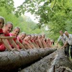 Gemeinsam im und für den Wald: Förster und Sportlerinnen. Foto: R. Kasiewicz
