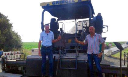 Bürgermeister Vesper (li.) und Bauamtsleiter Wahl stehen auf dem Straßenfertiger. Foto: nh