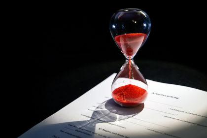 Die Zeit verrinnt. Durch sachgrundlose Befristung von Arbeitsverträgen, vergraulen sich die Unternehmer ihre Fachkräfte von Morgen. Foto: nh
