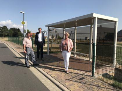 Bürgermeister Vesper (Mitte), stellvertretende Bauamtsleiterin Rockensüß und Bauhofsvorarbeiter Berneburg nahmen die neue Bushaltestelle abschließend in Augenschein. Foto: nh