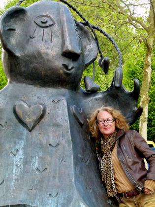Carin Grudda vor ihrer Großen Frau. Foto: HG Vogel | nh