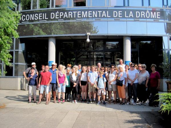 Die Gruppe vor dem Départementsgebäude in Valence. Foto: Horst Keller