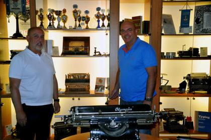 Dr. Edgar Franke und Ralf Groß vor einem kleinen Teil der im Treysaer Stenografenhaus zu bewundernden Sammlung. Foto: nh