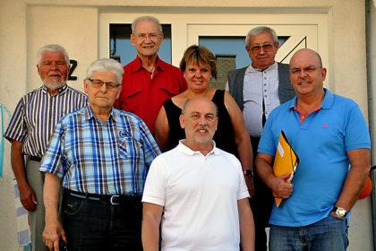Dr. Edgar Franke und Ralf Groß mit Mitgliedern des Stenografenvereins vor dem Treysaer Stenografenhaus. Foto: nh