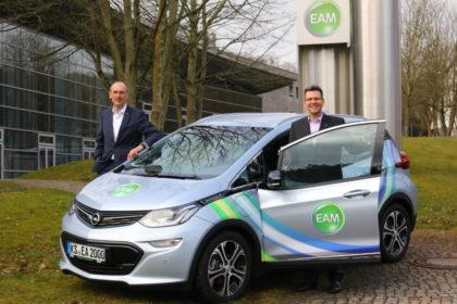 EAM-Geschäftsführer Thomas Weber (li.) und Georg von Meibom mit einem firmeneigenen Elektroauto. Foto: nh