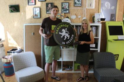 Handmade in Hessen sind die MyVale Sandalen von Markus Schott, der die FDP-Landtagsabgeordnete Wiebke Knell in seinem Unternehmen begrüßte. Foto: nh