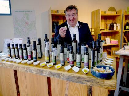Qualität, die schmeckt – Mark Weinmeister bei der Öl-Verkostung. Foto: nh