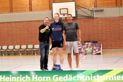 Turnierleiter Udo Horn und Bürgermeister Boucsein zeichnen die beste Torfrau aus. Foto: Detlev Keller