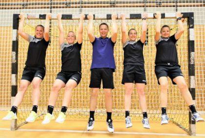 Turnierleiter Udo Horn und die Schiedsrichterinnen haben rund um das Spiel viel Spaß. Foto: Detlev Keller