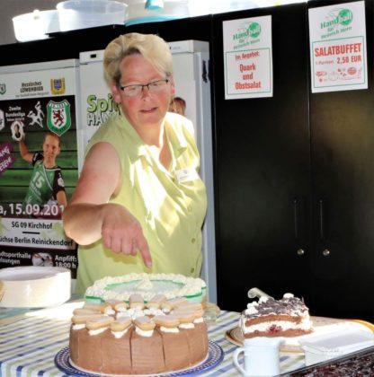 Bettina Hedderich im Kuchenbuffet. Foto: Detlev Keller