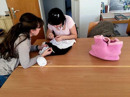 Die Strickgruppe trifft sich jeden Freitag um Ideen und handwerkliches Geschick auszutauschen. Foto: nh