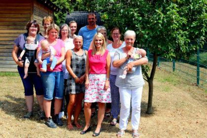 Wiebke Knell (vorn) sommer-tourte nach Röhrenfurth, wo sie sich über Kinderbetreuung informierte. Foto: nh