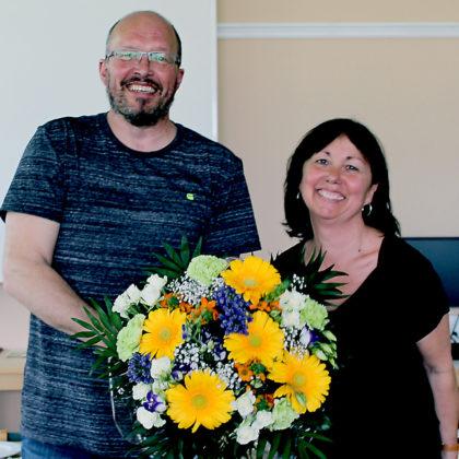 Rolf Muster gratulierte Claudia Seiffert-Schwedhelm. Foto: nh