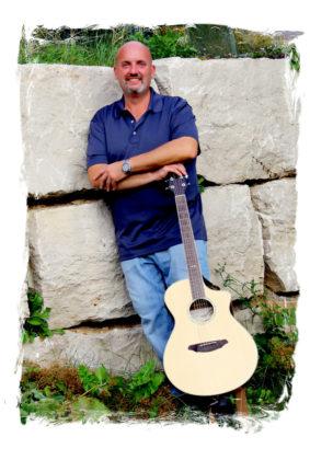 Mike Ryan begeistert das Publikum mit der Akustik-Gitarre. Foto: nh