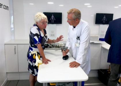 Dr. Karol Stiebler (re.) informiert sich bei Karin Pfister, Sales Managerin von Stryker, über neueste Behandlungsmöglichkeiten. Foto: Asklepios