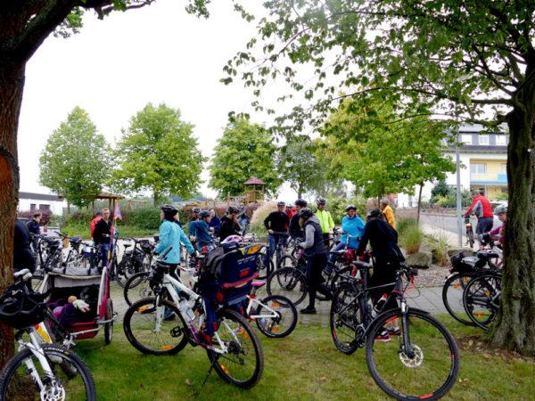Radeln hält nicht nur fit, sondern bietet auch jede Menge Abwechslung mit lauter Gleichgesinnten. Foto: nh