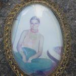 Ein Portrait mit Rahmen. Vielleicht findet sich ein Hinweis über das abgebildete Mädchen. Foto: Polizei | nh