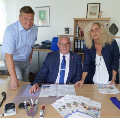 Von links: Lars Werner, Fachbereichsleiter der Sozialverwaltung; Erster Kreisbeigeordneter Jürgen Kaufmann und Sonja Weidel vom Pflegestützpunkt Schwalm-Eder. Foto: nh